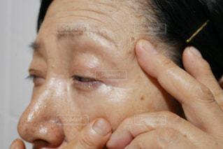 スキンケアする高齢の女性の写真・画像素材[2390447]