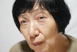 カメラを見ている年配の女性のクローズアップの写真・画像素材[2390451]