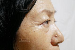 目を開いた女性のクローズアップの写真・画像素材[2390453]