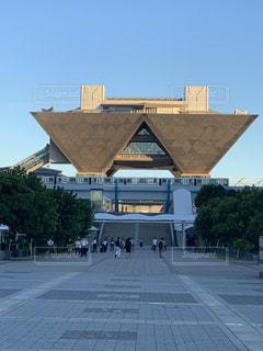 東京ビッグサイトを背景にした大きなレンガ造りの建物の写真・画像素材[2418049]