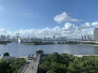 都市を背景にしたレインボーブリッジの写真・画像素材[2437937]