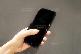 スマホを持つ手元の写真・画像素材[2480598]