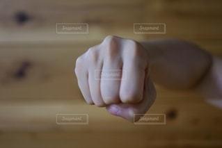 殴るポーズをする女性の手の写真・画像素材[2666148]
