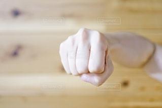 殴るポーズをする手元の写真・画像素材[2666149]