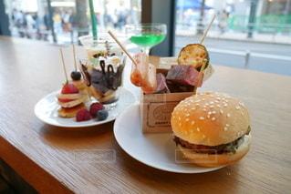 テーブルの上の食べ物の皿の写真・画像素材[2698934]