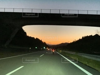 道路に架かる橋の写真・画像素材[2717713]