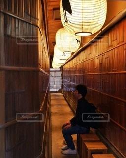 レトロな建物にいる旅する男性の写真・画像素材[2755224]