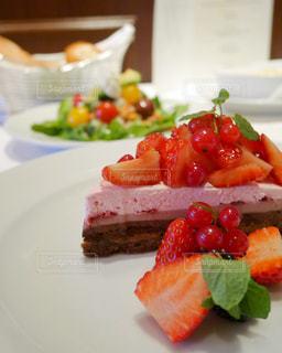 テーブルの上にケーキを一切れ置いた食べ物の皿の写真・画像素材[2791456]