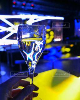 クラブでシャンパンを飲む女性の手の写真・画像素材[2791461]