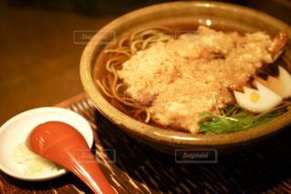 皿の上の食べ物のボウルの写真・画像素材[2849128]