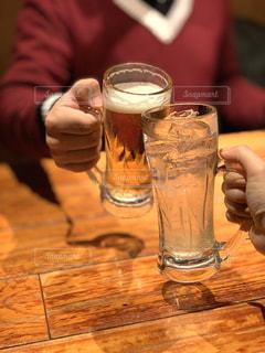 テーブルの上でビールで乾杯してる2人の写真・画像素材[2951279]