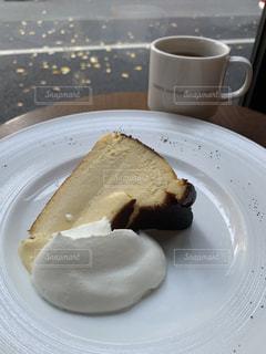 コーヒーを飲みながら皿にケーキを置くの写真・画像素材[2959995]