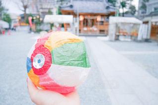 紙風船をもつ手元の写真・画像素材[3085800]