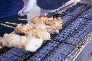 グリルの上の食べ物の鍋の写真・画像素材[3206809]