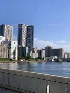 背景に都市がある水域の写真・画像素材[3372508]