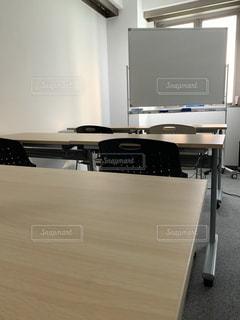 机と机をテーブルの上に置くの写真・画像素材[3372510]