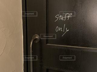 ドアの横にある黒板の看板の写真・画像素材[3386423]