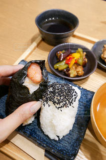 木製のテーブルの上に食べ物の皿の写真・画像素材[3419973]
