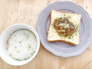 木製のテーブルの上に座っている食べ物のボウルの写真・画像素材[3464807]