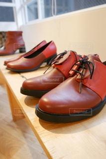 テーブルの上にある革靴の写真・画像素材[3530362]