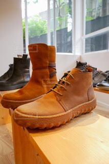 木製のテーブルの上の靴の写真・画像素材[3559168]