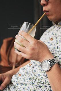 飲み物を飲む男性の写真・画像素材[3865908]