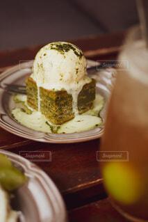 テーブルの上にあるケーキの写真・画像素材[3865907]