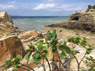 水域の隣の岩場の写真・画像素材[2804773]