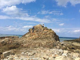 海の隣の岩場の写真・画像素材[2804774]