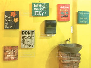 黄色いカフェの壁の写真・画像素材[2952674]