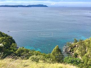 山を背景にした海の写真・画像素材[2952801]