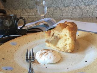 皿の上のケーキの写真・画像素材[3021728]