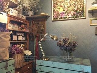 テーブルの上に家具と花瓶で満たされた部屋の写真・画像素材[3369072]