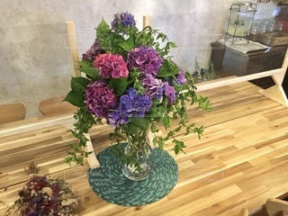 テーブルの上の花瓶の写真・画像素材[3369059]