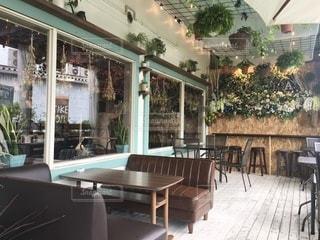 お洒落なカフェのテラス席の写真・画像素材[3369061]