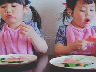 スイカを食べる子供の写真・画像素材[444952]