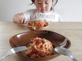 トマトパスタと子供 - No.478407