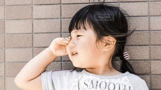 子供と壁の写真・画像素材[574172]