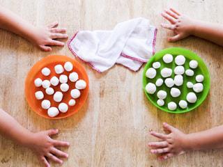 子供の白玉作りの写真・画像素材[584242]