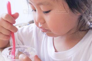 おやつを食べる子供の写真・画像素材[584922]
