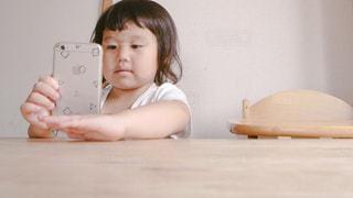 スマホと子供の写真・画像素材[593974]