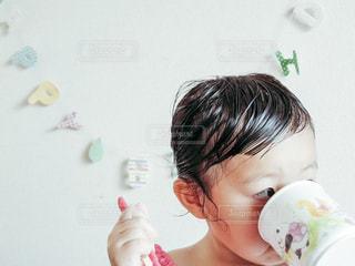 コップで飲む子供 - No.656064
