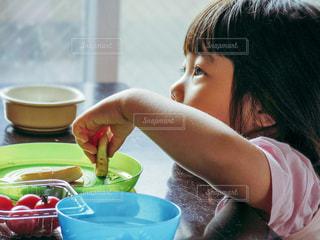 ごはんを食べる子供の写真・画像素材[656078]