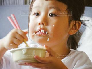 いくつかの料理を食べている女の子の写真・画像素材[716420]