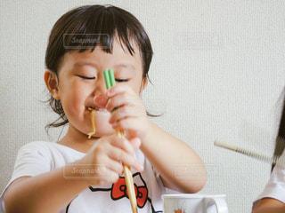 お昼ごはん食べる子供 - No.730026