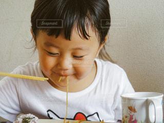 お昼ごはんを食べる子供の写真・画像素材[730029]