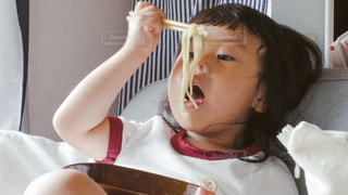 ラーメンを食べるの写真・画像素材[742501]