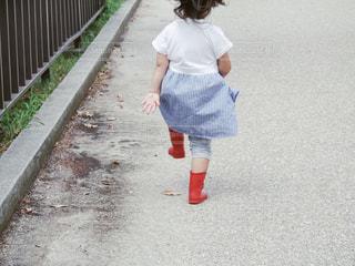 通りを歩きながら小さな女の子の写真・画像素材[747776]
