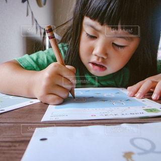 テーブルに座っている小さな子供の写真・画像素材[805484]