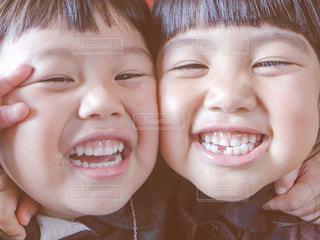 近くに小さな子供をカメラで笑顔のアップの写真・画像素材[825816]